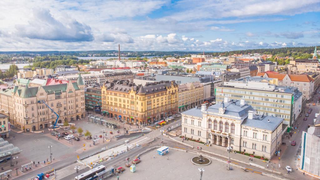 Näkymä Tampereen keskustorista dronella ylhäältä kuvattuna.