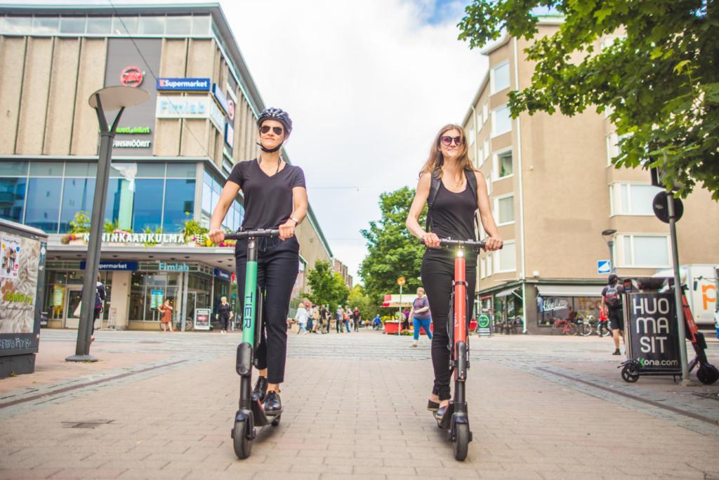 Nuoret ajavat sähköpotkulaudoilla Tampereen keskustassa.