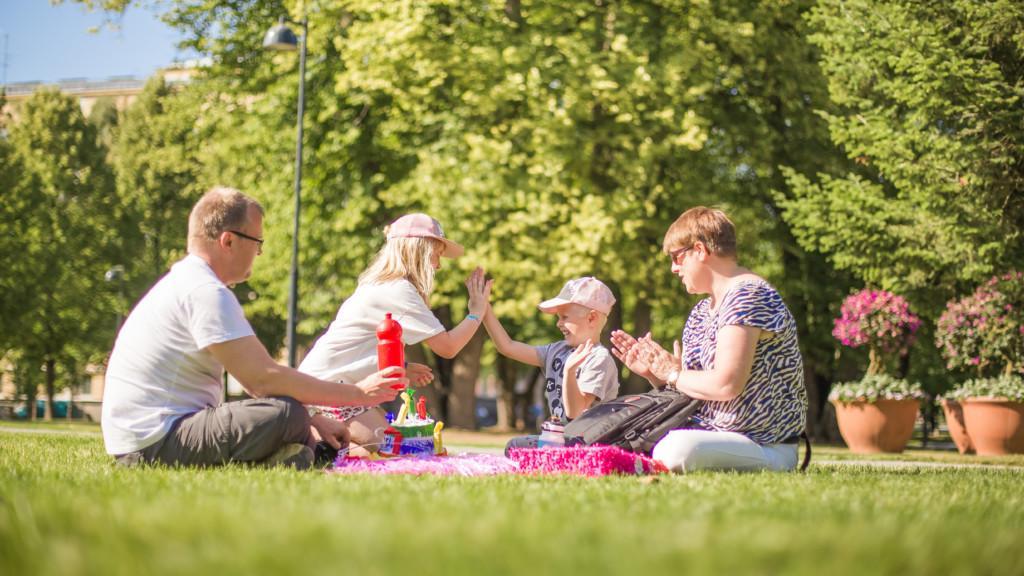 Perhe piknikillä Sorsapuistossa Tampereella.