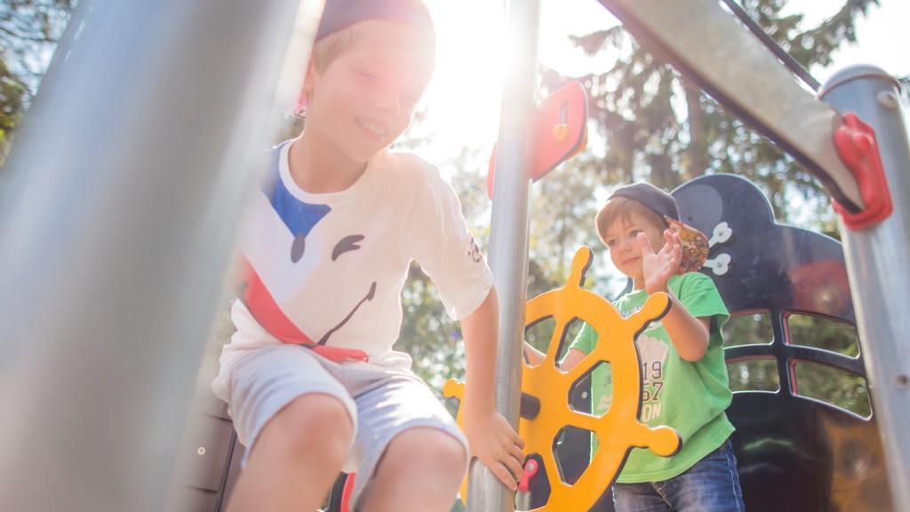 Lapset leikkivät Viikinsaaren leikkipuistossa.