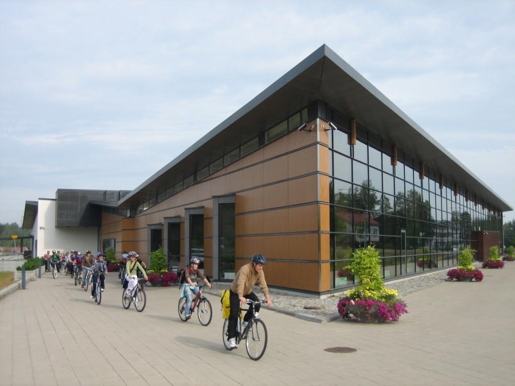 Pyöräilijät aurinkoisena päivänä Ylöjärven Leija-kirjaston edustalla.