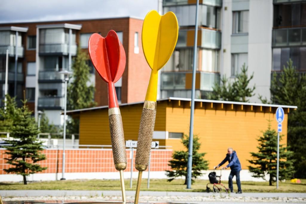 Kuvassa Lempäälän keskustassa olevat kaksi suurta tikkaa, joissa punainen ja keltainen pää.